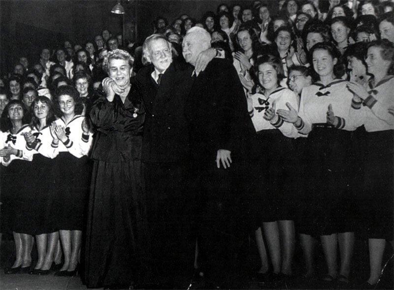 A Szilágyi Erzsébet Gimnázium karénekesei a legendás énekkarvezető Sztojanovits Adrienne és Kodály Zoltán körében, szegbp.sulinet.hu