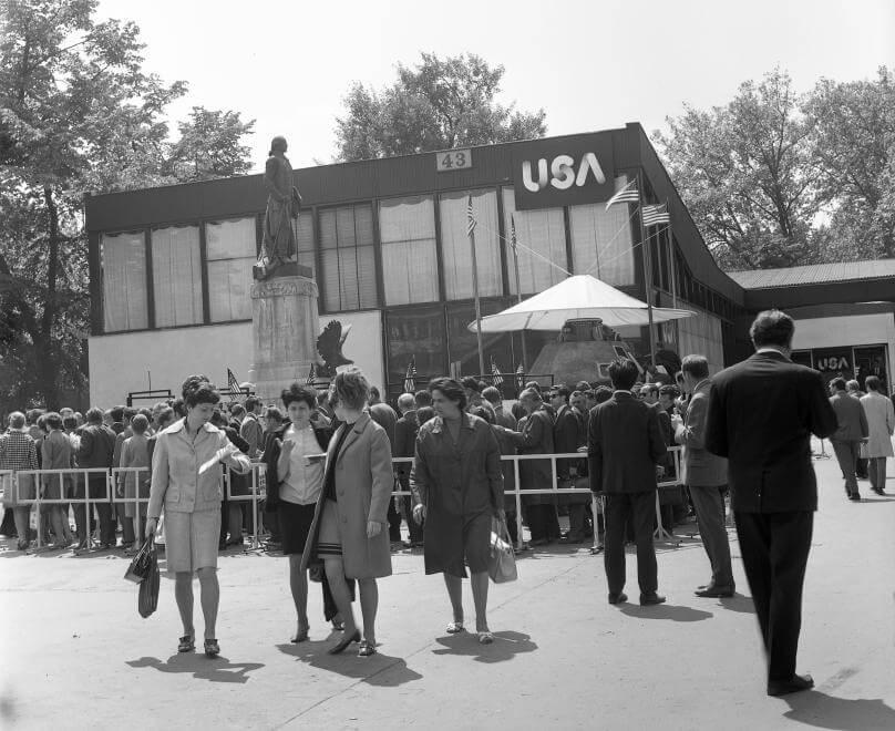 Budapesti Nemzetközi Vásár, az Amerikai Egyesült Államok pavilonja, előtte az Apollo 10 kabinja