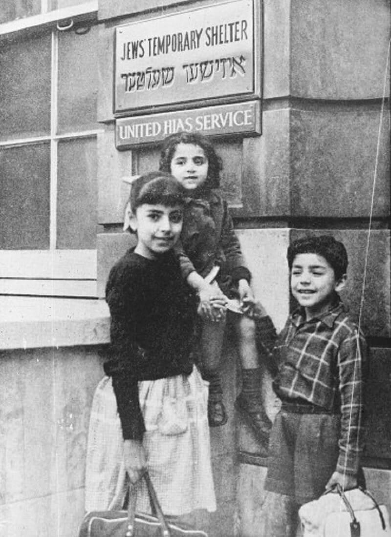 Közel-keleti bevándorlók a zsidók átmeneti menedékhelye előtt, 1965, jewishmuseum.org.uk