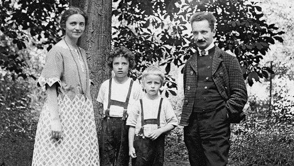 """""""És családja van."""" (nzz.ch / Deutsches Literaturarchiv Marbach)"""