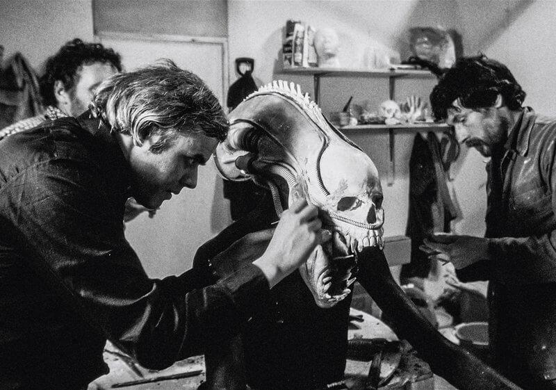 H. R. Giger, az Alien – A nyolcadik utas: a Halál (1979) című film látványtervezője munka közben, avpgalaxy.net