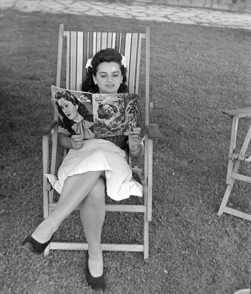 A hölgy kezében lévő Mozi újság címlapján Szeleczky Zita színésznő, fortepan.hu