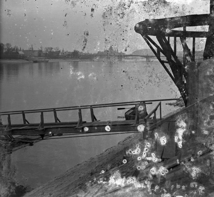 Újlaki (Óbuda) rakpart, úszó csónakház lejárója a Császárfürdőnél.