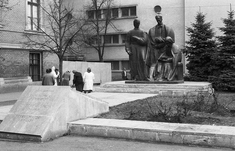 Az erdélyi triász szobra a Babes–Bolyai Tudományegyetem fő épülete előtt, fortepan.hu