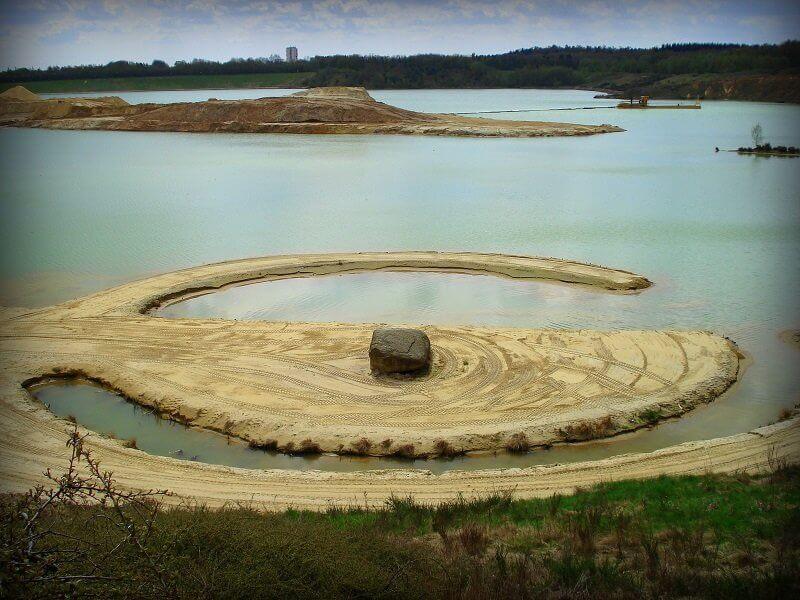 Robert Smithson: Broken Circle Spiral Hill 1971, flickr.com