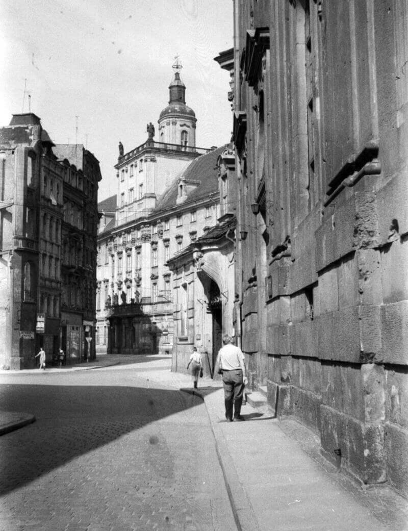 Wrocław, Plac Uniwersytecki, szemben az egyetem épülete (Leopoldinum), 1964. Képszám: 31660. Adományozó: Beyer Norbert. fortepan.hu
