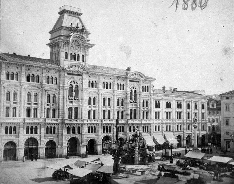 Trieszt, Piazza dell'Unita d'Italia (Piazza San Pietro), szemben a Városháza (Palazzo Comunale, Palazzo di Municipio). A felvétel 1880-ban készült. Képszám: 54902. Adományozó: Jurányi Attila. fortepan.hu