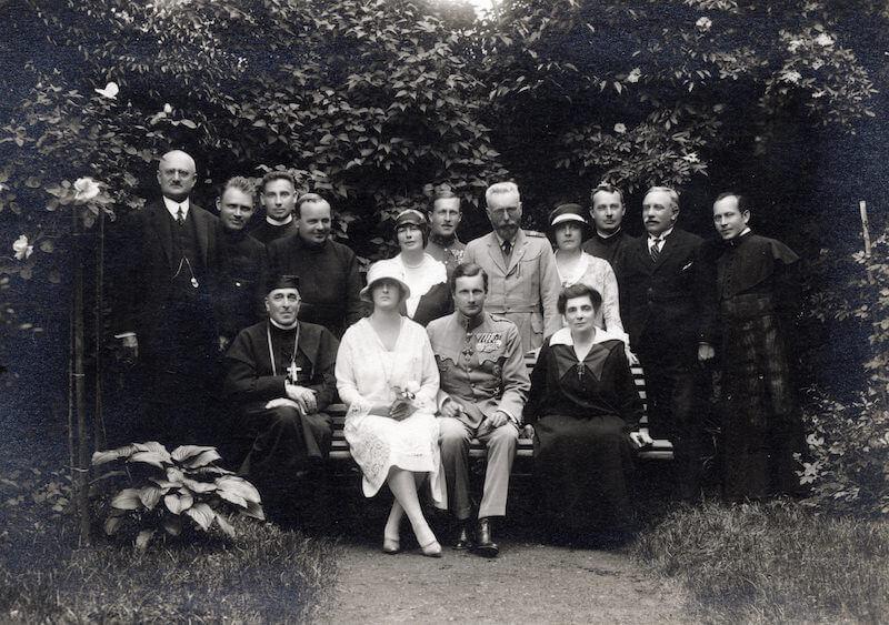 Elől középen Anna szász királyi hercegnő és Habsburg József Ferenc főherceg
