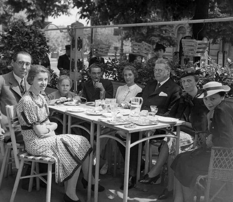 Szabó Lőrinc asztaltársaságban a Lánchíd Kávéház teraszán